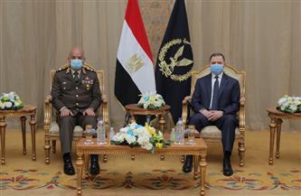 وزير الدفاع ورئيس الأركان يهنئان وزير الداخلية بعيد الشرطة