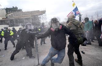 قوات الأمن الأمريكية تطلق قنابل غاز على متظاهرين حاولوا اقتحام الكونجرس أثناء جلسة التصديق