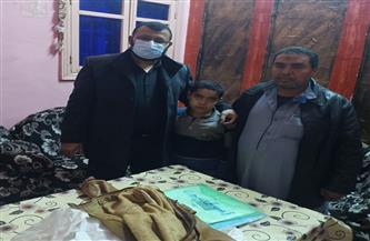 محافظ بني سويف يكلف الصحة ببحث شكوى مواطن ابنه مصاب بمرض خطير | صور