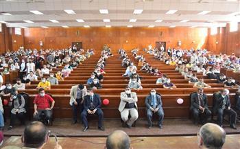 رئيس-جامعة-بني-سويف-يستقبل-الطلاب-الجدد-بكلية-الحقوق-ويفتح-حوارًا-معهم-