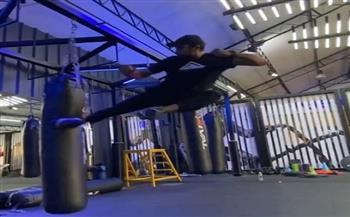 أحمد-العوضي-يمارس-تمارين-شاقة-في-;الجيم;-|-فيديو