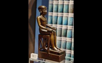 ناووس-من-الحجر-الجيري-بداخلة-تمثالان--قطعة-أكتوبر-بمتحف-إيمحتب-