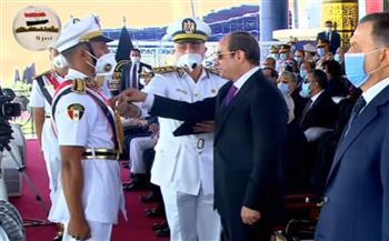 الرئيس-السيسي-يكرم-أوائل-الطلبة-الخريجين-من-كلية-الشرطة-ويمنحهم-نوط-الامتياز-من-الطبقة-الثانية