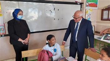 محافظ-بورسعيد-يتفقد-انتظام-العملية-التعليمية-بمدرسة-أشتوم-الجميل-ويلتقي-الطلاب-|-صور