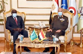 وزير الدفاع يلتقي برئيس مفوضية الاتحاد الإفريقي لبحث علاقات التعاون المشترك