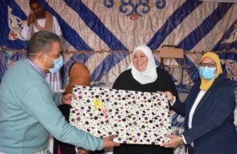 نائبة محافظ أسوان تسلم شهادات المتحررين من الأمية بقرية فارس بكوم  أمبو