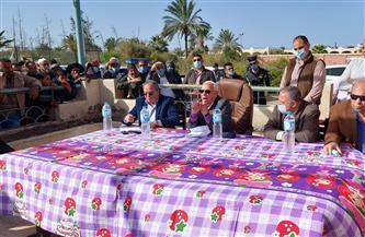 محافظ بورسعيد ورئيس التنمية الزراعية يعدان أهالي سهل الطينة بدوام وصول المياه والكهرباء | صور