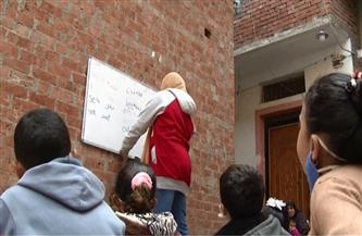 طفلة عمرها 12 عاما تُعّلم أطفال جيرانها أثناء إغلاق المدارس بسبب كورونا  فيديو