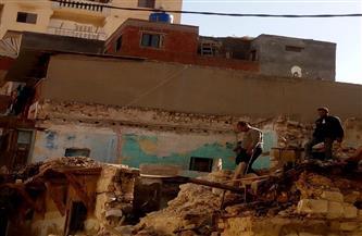 إزالة الأجزاء الخطرة من عقار «الشنقيطي» في الإسكندرية | صور