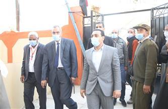 نائب محافظ قنا يتابع أعمال القافلة الطبية بقرية بئر عنبر | صور
