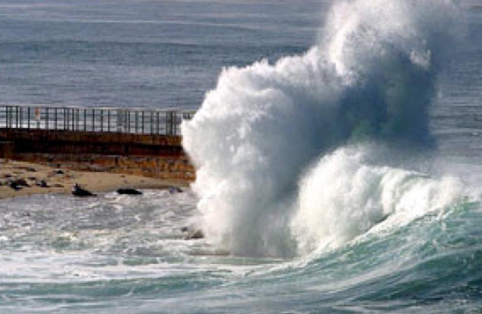 ;الأرصاد; تعلن تجاوز الأمواج بالبحر الأحمر المترين