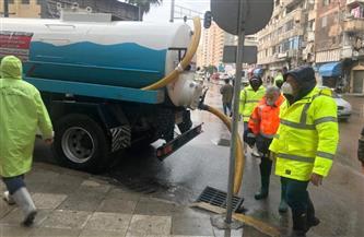 عمال النظافة يشاركون في كسح مياه الأمطار من شوارع الإسكندرية
