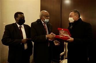 «الخطيب» يتبادل الدروع مع السفير السوداني بالقاهرة ونائب رئيس المريخ