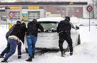 الطقس السيئ يضرب دول العالم.. أمريكا تعلن الطوارئ.. وعاصفة ثلجية تشل الحياة في اليابان وألمانيا| صور