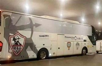 حافلة الزمالك تصل استاد السويس.. واللاعبون يعاينون أرض الملعب