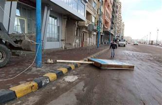 بسبب العواصف.. رفع لوحات الإعلانات المائلة والآيلة للسقوط بالإسكندرية | صور