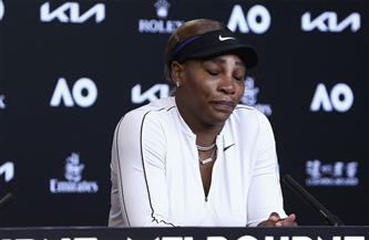 سيرينا تبكي وتنهي مؤتمرا صحفيا بعد الهزيمة من أوساكا