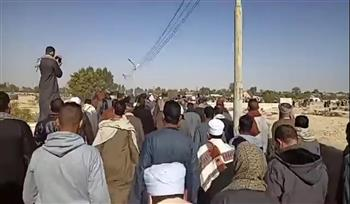المئات يشيعون جثمان شيخ المالكية بمقابر نجع البركة بالأقصر | صور
