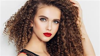 9 أخطاء شائعة تؤذي الشعر المجعّد