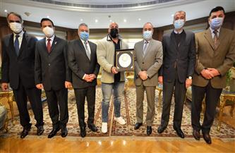 وزير الطيران المدنى يستقبل البطل العالمي بيج رامي