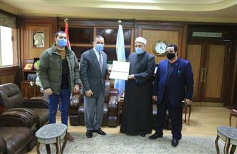 محافظ كفر الشيخ يكرم رئيس المنطقة الأزهرية   صور