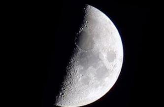"""""""التربيع الأول"""" للقمر يقترن بعنقود الثريا ظهر اليوم"""