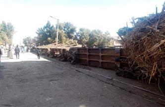 انقلاب قطار ديكوفيل خاص بحصاد القصب أمام منازل المواطنين بقرية العشي بالأقصر | صور