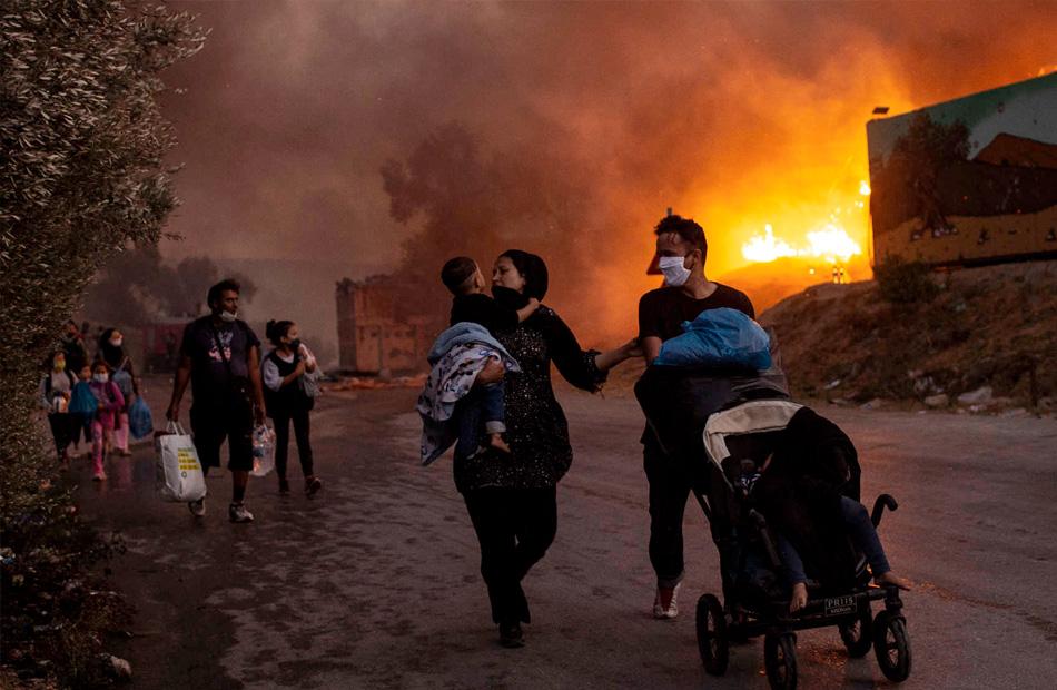 السيطرة على حريق كبير اندلع في مخيم للمهاجرين في جزيرة ساموس اليونانية