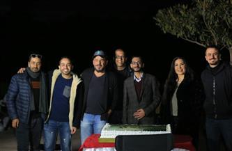 أسرة فيلم «آل هارون» تحتفل بتصوير المشاهد الأولى