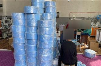 ضبط مصنع غير مرخص لتصنيع الكمامات الطبية بالمنوفية| صور