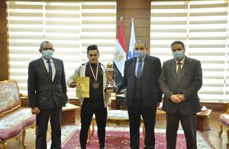 رئيس جامعة كفر الشيخ يكرم الطالب الفائز بفضية البطولة الدولية الثانية لكمال الأجسام | صور