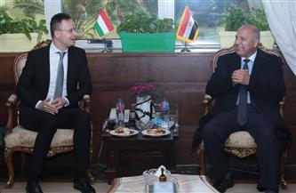 وزير النقل ووزير الخارجية والتجارة المجري يبحثان التعاون في تصنيع 200 عربة نوم جديدة  صور