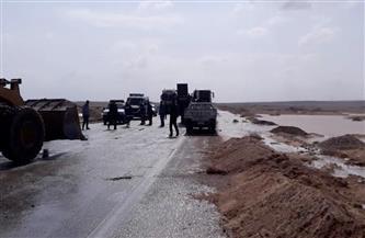 رفع آثار السيول والأمطار بطريق «الزعفرانة - رأس غارب» وانتظام حركة السير على الطريق | صور