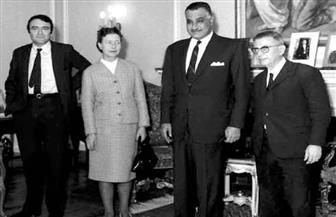 فى زيارتهما التاريخية بدعوة من « الأهرام» مطلع 1967.. سارتر وسيمون دى بوفوار يتلقيان هدايا «كمشيش»