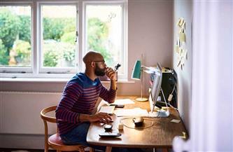 خبراء: العمل من المنزل قد يؤدي إلى مشاكل بالعين والسمع