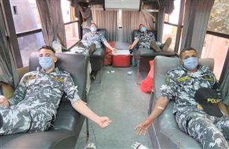 حملة للتبرع بالدم بمشاركة الضباط والأفراد والمجندين بشرطة النقل والمواصلات | صور