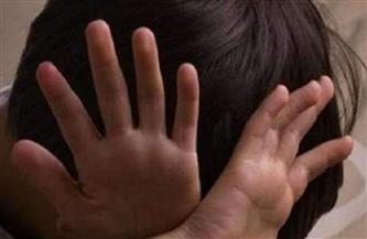 عامل يتهم جاره بالاعتداء على حفيده جنسيًا بمنية النصر