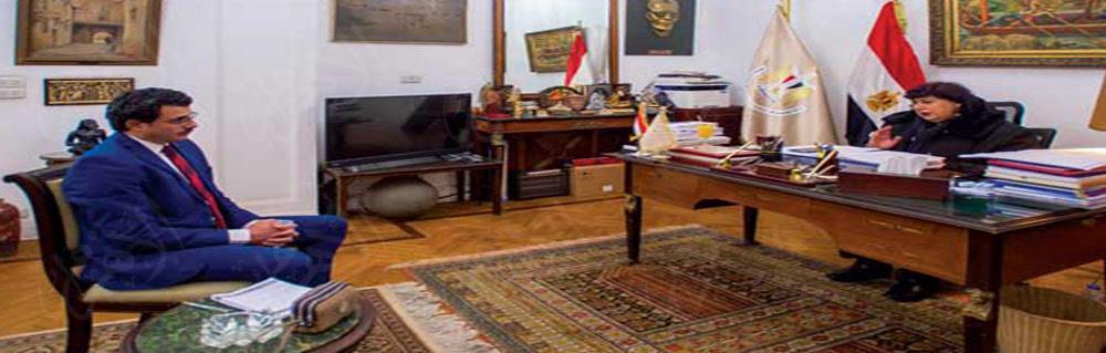 محرر «الأهرام» فى أثناء حواره مع الوزيرة