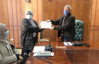 تسليم شهادات اجتياز برنامج التحول الرقمي لتأهيل العاملين بالقطاع الحكومي ببورسعيد |صور