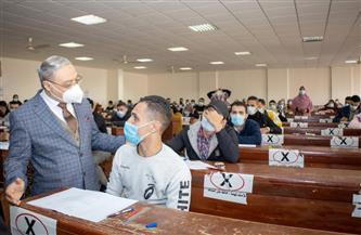 رئيس جامعة طنطا يتفقد لجان امتحانات «الحقوق والآداب».. ويشدد على الإجراءات الاحترازية | صور