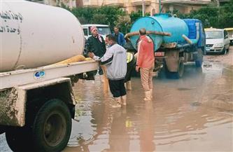 سحب تراكمات مياه الأمطار من شوارع البحيرة | صور