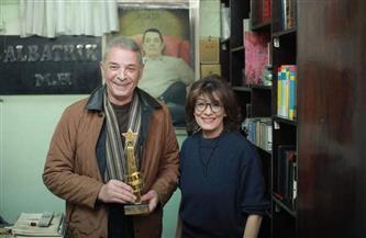 سماح أنور تكرم الفنان محمود حميدة على هامش مهرجان أفلمها الأونلاين