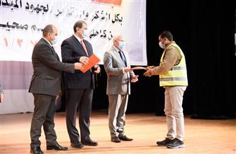 وزير القوى العاملة ومحافظ بورسعيد يسلمان 3592 عاملًا وثائق تأمين حوادث شخصية | صور