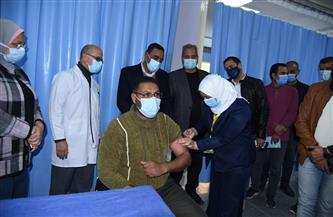 محافظ مطروح يشهد تطعيم الأطقم الطبية والعاملين بمستشفى الصدر بلقاح كورونا | صور
