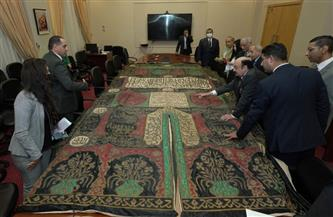 اللورد يشار حلمي يهدي الأكاديمية العربية قطعة تاريخية من كسوة الكعبة المشرفة   صور