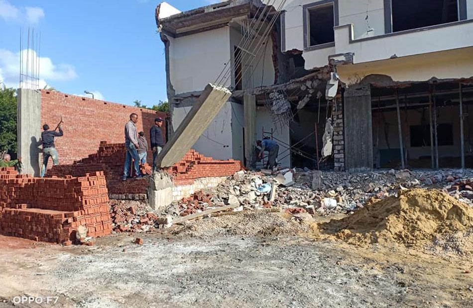 إزالة  مبانٍ مخالفة لاشتراطات البناء فى إيتاى البارود بالبحيرة