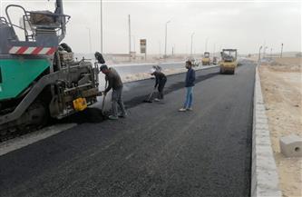 استكمال طبقة الأسفلت لازدواج الطريق الصحراوي الشرقي بمدينة المنيا الجديدة   صور