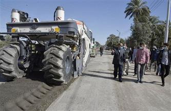 محافظ أسيوط يتفقد أعمال رصف طريق أبوتيج الزراعي | صور