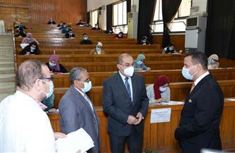 رئيس جامعة أسيوط ونائبه يتفقدان امتحانات الفرقة الثالثة بكليتي العلوم والصيدلة | صور