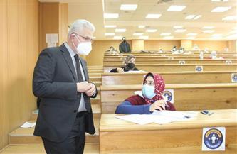 نائب رئيس جامعة طنطا يتفقد لجان الامتحانات بـ «طب الأسنان والصيدلة» | صور